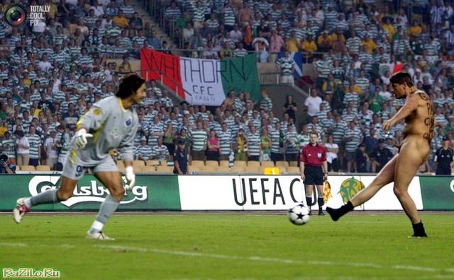 Британский стрикер Марк Робертс пытается забить гол в ворота «ФК Порту»