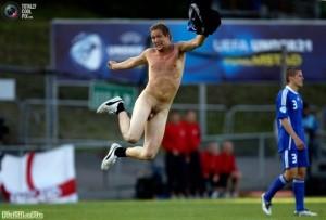 Стрикер прыгает по полю во время Чемпионата Европы, футбольный матч между Англией и Финляндией