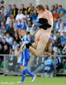 Стрикер прыгает по полю во время Чемпионата Европы