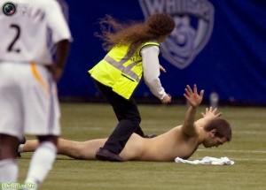 Голый стрикер выбежавший на поле сдается в руки работницы стадиона