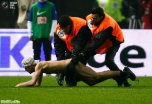 Служба безопасности ловит стрикера во время матча бундеслиги