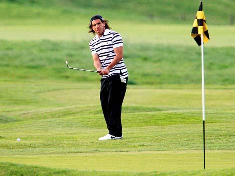 Карлос Тевес играет в гольф