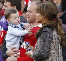 Уэйн Руни с женой Колин и сыном