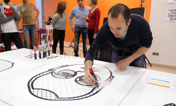 """Футболисты """"Барселоны"""" раскрашивают свои портреты"""