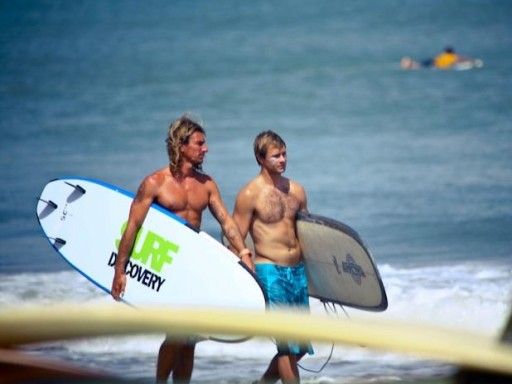 Дмитрий Сычев учится серфингу