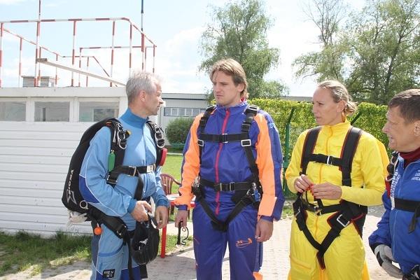 Дмитрий Булыкин прыгнул с парашютом