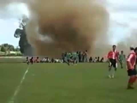 Видео. Футбольный матч не смог остановить даже торнадо