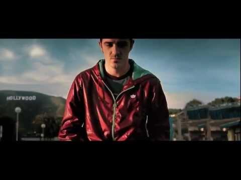 Давид Вилья в запрещенной рекламе разгромил полицейский автомобиль