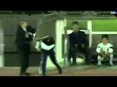 «Это ад какой-то!»: тренер футбольного клуба швырнул в судью носилками