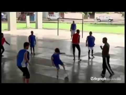 Безногий мальчик играет в отличный футбол