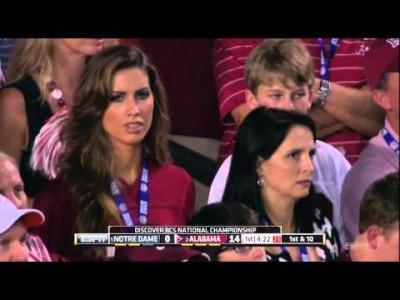 Американского комментатора заставили извиняться за комплимент жене футболиста