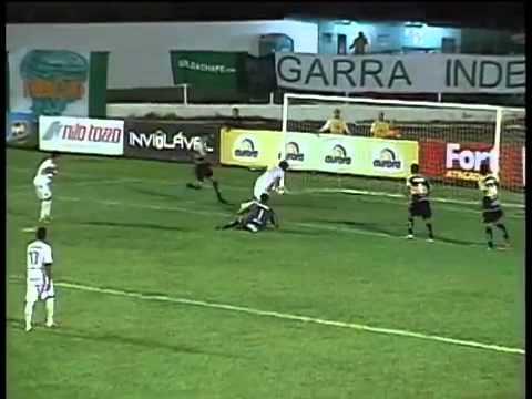 Футболист завалил ворота, в попытке спасти их от гола