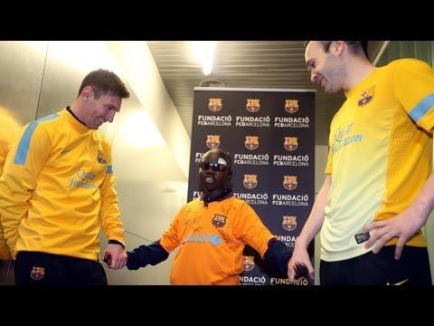 Слепой мальчик узнает футболистов «Барселоны» по прическам