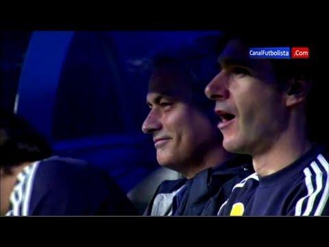 Жозе Моуринью дурачится во время матча «Реала»