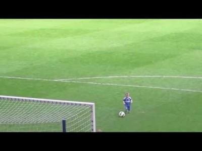 Двухлетний сын вратаря «Челси» покорил стадион
