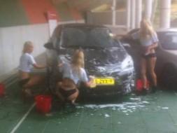 Девушки моют авто