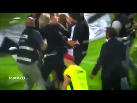 Наставник «Бенфики» Жорже Жезуш подрался с полицией, защищая фаната. Видео