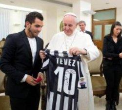 Тевес подарил Папе Римскому футболку