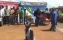 Африканская торговка показала мастер-класс с мячом